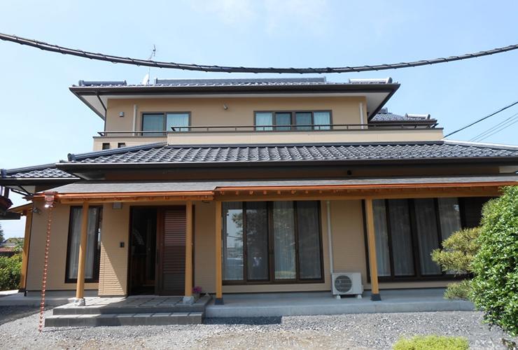 三州銀黒瓦ののった数寄屋(すきや)風の外観 入母屋(いりもや)屋根が幾重にも重なる外観は壮大